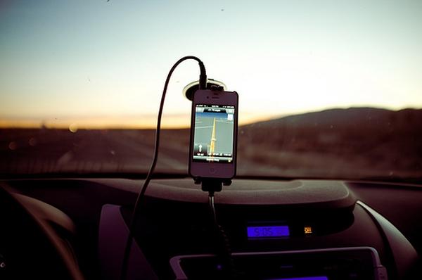 В Калифорнии водителям запретили пользоваться картами в смартфонах