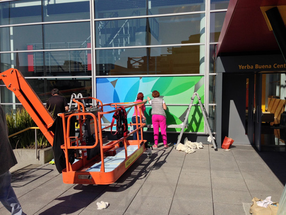 Фото подготовки к презентации Apple в Yerba Buena Center