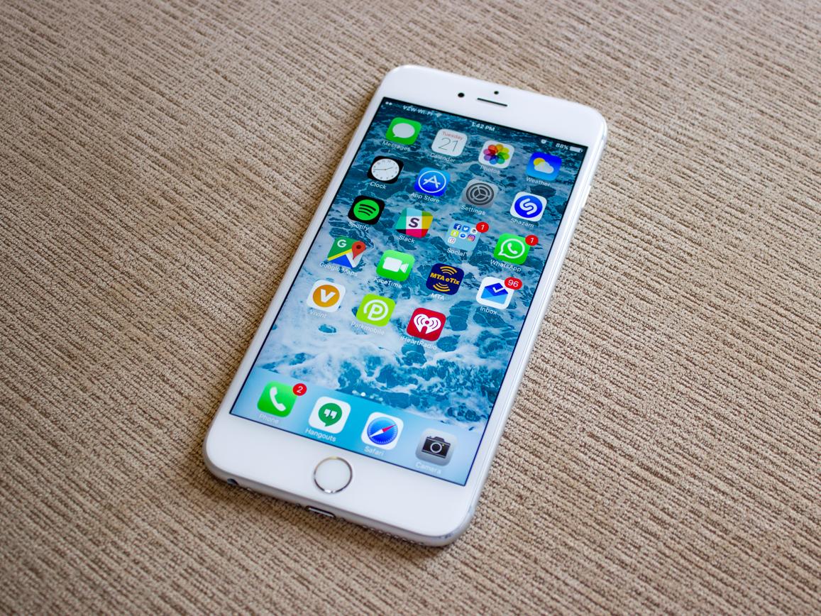 Спустя сутки после признания о замедлении смартфонов на Apple уже дважды подали в суд