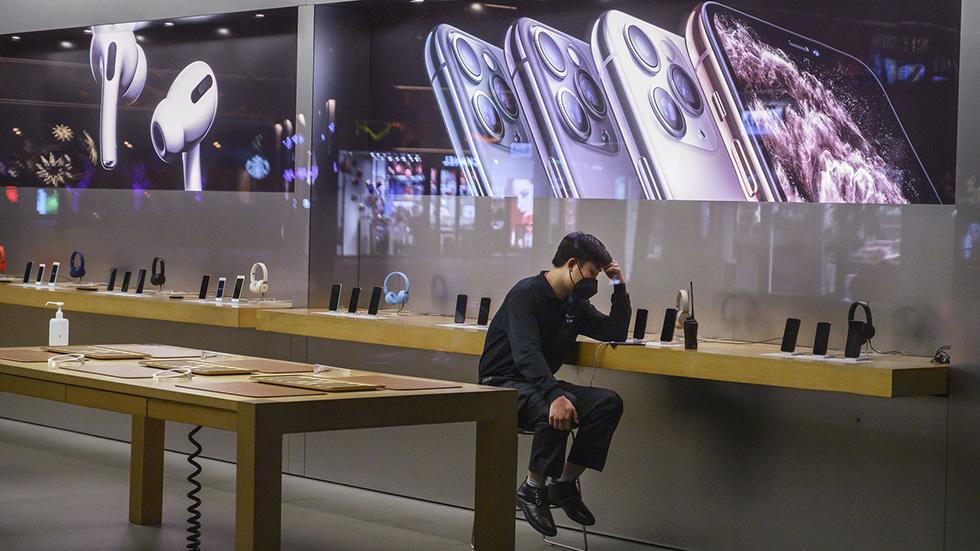 Massovuyu-proverku-temperatury-u-posetiteley-Apple-Store-v-Kitae-zasnyali-na-video-2