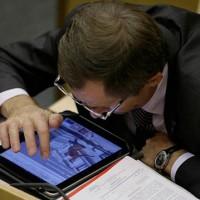 Депутат, отдай iPad!